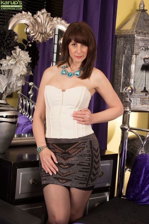 Mature Toni Lace takes off her evening dress in a hot video!