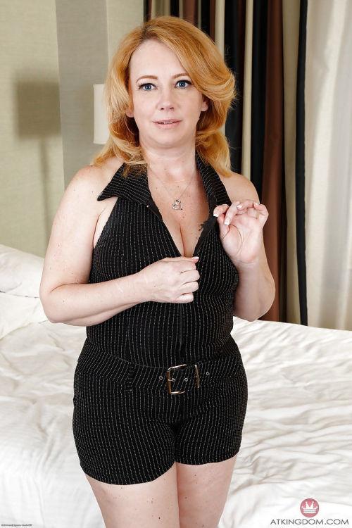 矮矮胖胖的 老年 红发女郎 女人 Brandie 甜 baring 大 胸部 和 屁股
