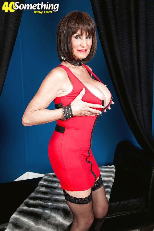 Slutty mature Rita Daniels shakes her big tits while fingering like a whore