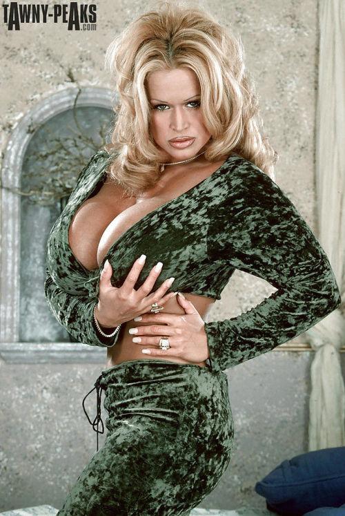 Mature blonde solo girl Tawny Peaks fondling huge knockers in high heels